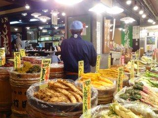 Banyak toko-toko acar di Pasar Nishiki Kyoto yang terkenal.
