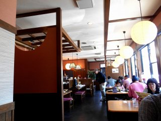 Inside the restaurant 'Wataru'. As the counter is spacious, an old man in a wheelchair was having lunch without any problems when we were there