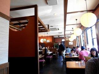 Di dalam kedai 'Wataru'. Konternya yang luas membuat seorang pria tua dengan kursi rodanya dapat menikmati makan siang tanpa masalah.