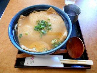 Kitsune Udon (dadih kedelai goreng dan mie Jepang). Porsi Kitsune sangat besar di Tokushima!