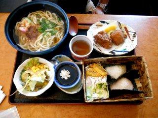 Omusubi Bento (set makan siang bola nasi). Sebelum melakukan wisata yang melelahkan, Anda butuh makan sebanyak ini!