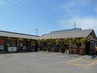 Kedai mie 'Wataru', terlihat dari tempat parkir