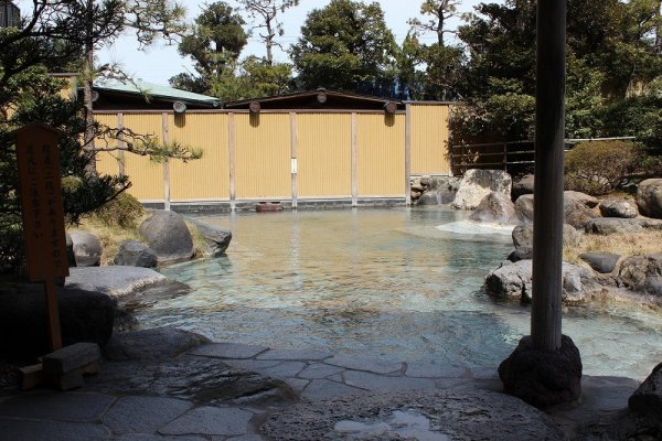 開放的でゆったりした露天風呂。星空を眺めながらの宵風呂が気持ちいい