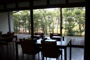 バイキングスタイルの食事も、大きな宴会場ではなく、小さな区切りがテーブルごとにあって、プライベートな空間を確保している
