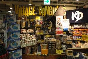 ป้ายร้าน Village/Vanguard และของที่จงใจวางไว้ให้ไม่เป็นระเบียบ