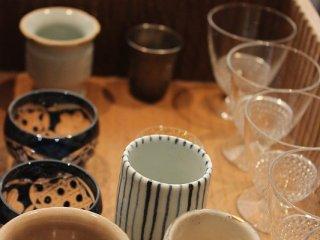 日本酒を注文すると、お猪口を選べる。どれもお洒落でいいデザインだ