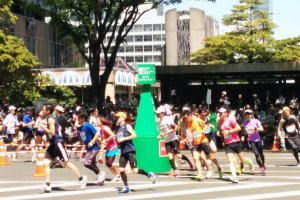 Runners round the tight bend at the end of Jozenji Avenue.