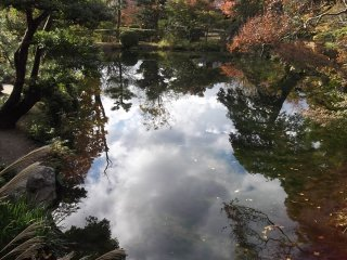 Đôi khi hình phản chiếu còn tạo ra khung cho bầu trời