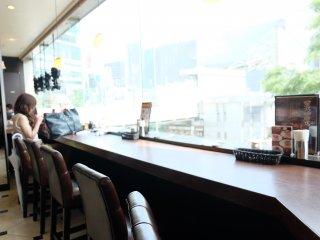 ที่นั่งริมหน้าต่างมองเห็นห้าแยกชิบุย่า