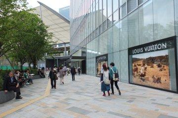 <p>Louis Vutton ที่ห้างสรรพสินค้า Daimaru ฝั่งทางออก Yaesu ของสถานี</p>