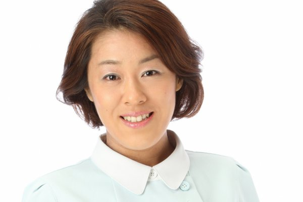 秋保良子 (あきほりょうこ) 大阪教育大学卒。製菓会社勤務を経て、森ノ宮医療専門学校にて鍼灸師の資格を取得。また、ベビーヒーリングタッチインストラクターとしても活躍中。