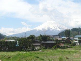 ชมวิวงามๆ ของภูเขาฟูจิจากรถไฟสายฟูจิกิวโกะ