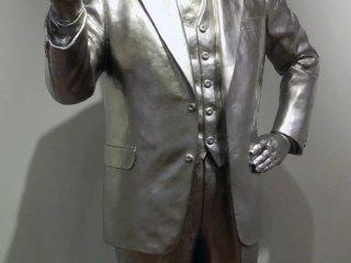 Bức tượng của Momofuku Ando, cha đẻ của mì ly, tỏa sáng trên một hành lang của bảo tàng.