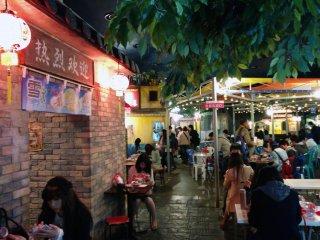 Bên trong chợ, bạn sẽ thấy nhiều quầy hàng đại diện cho những nước khác nhau trên thế giới. Mọi người đều phục vụ món mì của nước mình.
