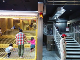 Khu vui chơi trẻ em trông như một xưởng mì. Bạn phải trả một khoản phí riêng để vào.