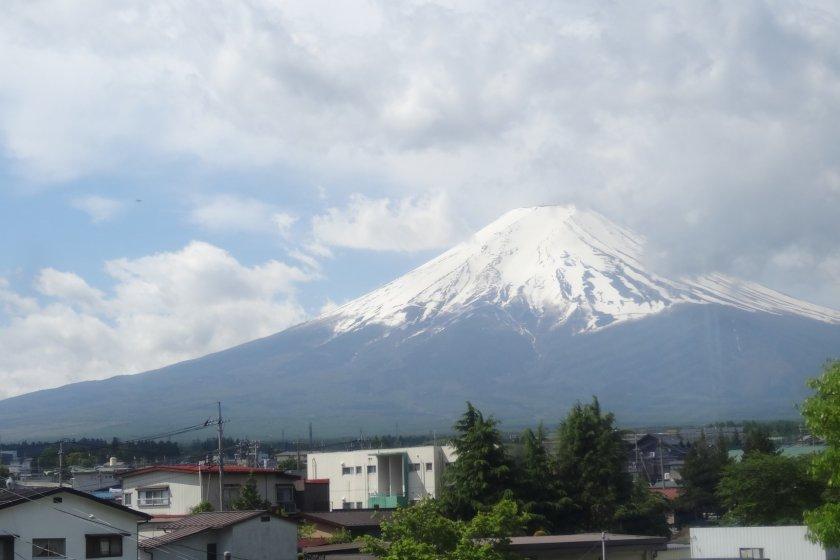 ภูเขาฟูจิสัญาลักษณ์ของญี่ปุ่น มองจากบนรถไฟสายฟูจิกิวโกะ ไม่ว่าจะมองมุมไหนก็งดงาม