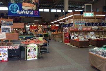 <p>The Maizuru&nbsp;Port Fish Markets (Toretore Ichiba in Japanese) are housed in a warehouse like building a short drive or bus ride from Nishi Maizuru&nbsp;Railway Station</p>