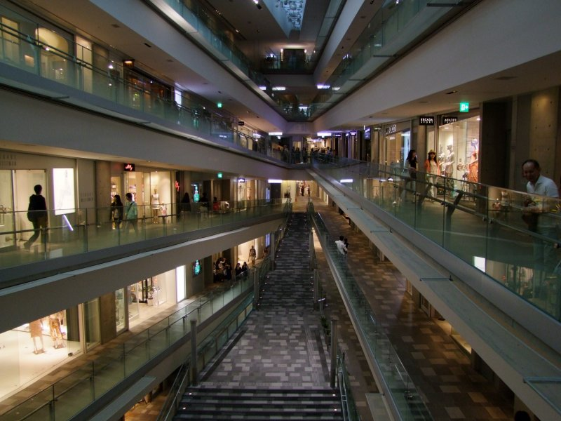 <p>The mall features a single floor, spiraling up for 6 levels</p>