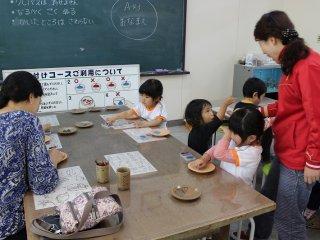 小さな子どもたちには素焼きの器に絵付けの体験も