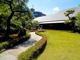 Edifício e jardim do museu
