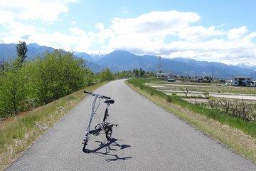 <p>จักรยานของฉันกับภูเขาและนาข้าวของอะซุมิโนะ นากาโนะ</p>