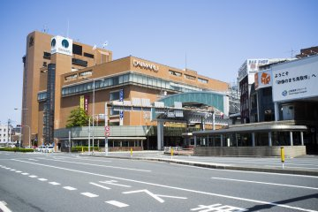 <p>A huge Daimaru shopping mall right outside of JR Tottori Station.</p>