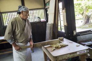Sang master, secara harfiah memukuli kulit kayu murbei menjadi bubur setelah dibersihkan