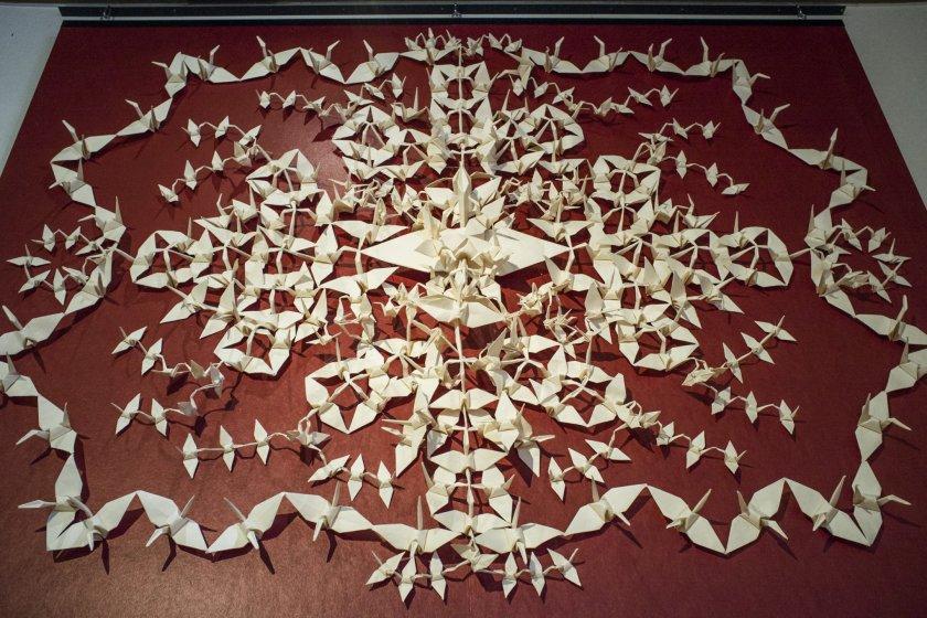 Tampilan mengesankan dari 307 burung bangau kertas, terbuat dari selembar kertas washi rami besar, di Museum Budaya Kertas Echizen