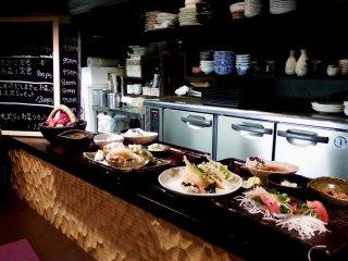 Bên trái;  món Tempura dành cho bữa trưa, bên phải; Tempura & Sashimi (cá cắt lát). Bạn thích món nào?