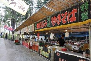 ทางเดินเข้าสวนที่มีร้านขายอาหารและของฝากตั้งอยู่