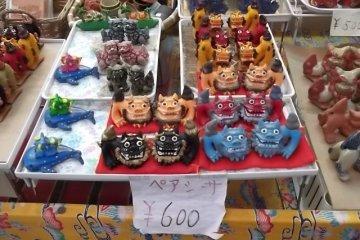 <p>These colorful lion figures make good souvenirs</p>