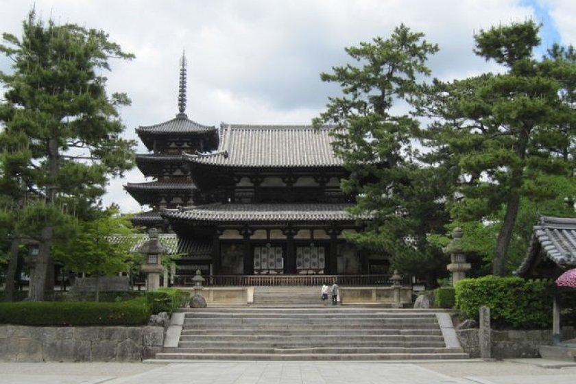 วัดโฮะริวจิที่งดงามจาก Chu-mon (ประตูใน) ตั้งอยู่ตรงทางเข้าของอาคาร Seiin Garan อายุประมาณ 610 ปี