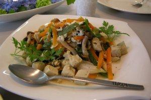 อาหารจาน Koya-dofu (เต้าหู้แห้งแช่แข็ง) ที่ฉันทำกับนักเรียน ค่อนข้างจะเป็นตะวันตกไปสักนิด แต่ยังคงคุณสมบัติของหยินหยางที่สมดุล และเหมาะสมสำหรับผู้ทานมังสวิรัติ อาหารย่อยยาก และผู้ที่แพ้นม Koya-dofu ที่คุณซื้อในพื้นที่ที่มี shojin-ryouri จะมีรสชาติที่แตกต่างกันมากจากที่คุณพบที่ซูเปอร์มาร์เก็ตที่ สมควรต้องลองชิมจริง