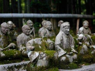 몇몇 동상들은 너무 오래되어서, 몇 부분만 남아 있다