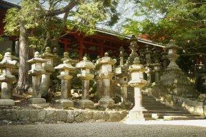 Les lourdes lanternes en pierre devant le sanctuaire