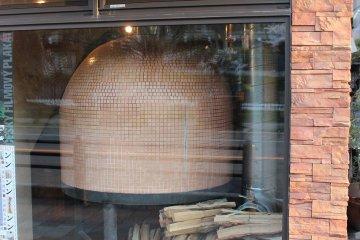 밖에서도 보이는 피자용 돌 가마