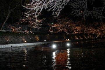 상점 정면의 비와 호수 소수를 달리는 밤벚나무 배가 운치를 더하고 있다