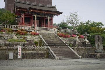 <p>The western gate of&nbsp;Kiyomizu-dera, the world famous temple in Higashiyama in Kyoto City.</p>