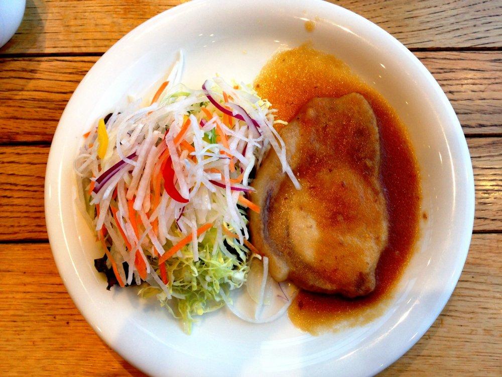 생강이 곁들여진 돼지구이 같은, 맛있고 건강해 보이는 음식들이 주를 이룬다.