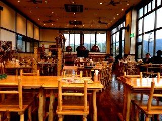 레스토랑 안의 은은한 불빛이 따뜻한 분위기를 선사한다.