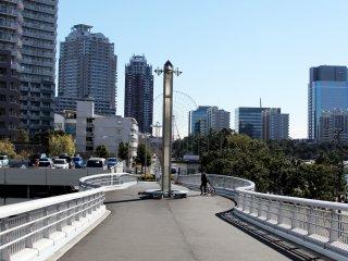 La vue en arrivant sur l'île d'Odaiba. On remarque, au loin la grande roue, à proximité de la DiverCity Tokyo Plaza.