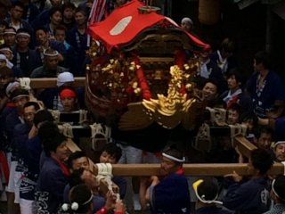 大型の人形山車の他に、神輿もそれぞれの町内から担がれる