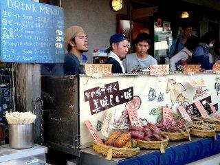 Рестораны и продуктовые лавки предлагают изобилие вкусных морепродуктов