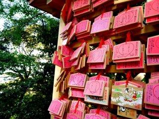 Эма - деревянные доски с написанными на них просьбами синтоистским богам