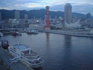 タワー近くのモザイクショッピングモール観覧車から眺めた神戸ポートタワーの景色