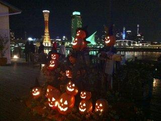 神戸ポートタワーのハロウィーンの飾り付け: ポートタワー反対側にあるモザイクモールでは、毎年かぼちゃの彫刻がライトアップされ人気を集める