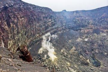 Я подошел к дымящему кратеру насколько мог близко