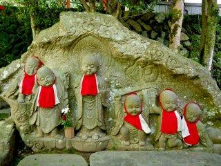 石段脇の童形六体地蔵尊