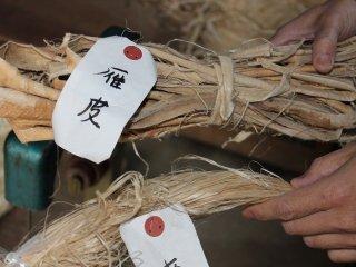 原料の「雁皮」。原材料の品質を高く保つために海外の生産の現場まで指示に出向くこともあるという