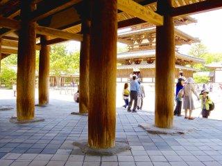 Hàng hiên được chống đỡ bởi hàng cột trụ bằng gỗ